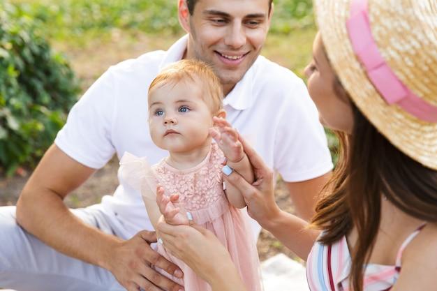 Perto de uma jovem família com uma menina