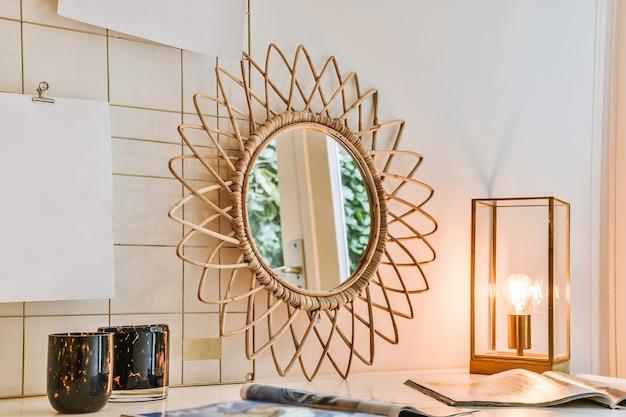 Perto de uma mesa com um espelho e outras decorações