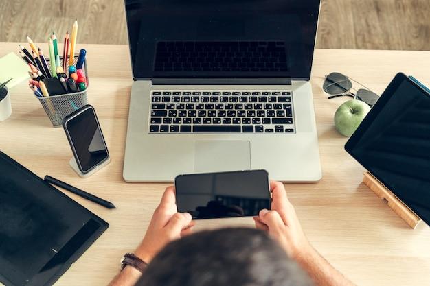 Perto de uma mesa de trabalho de um empresário com laptop