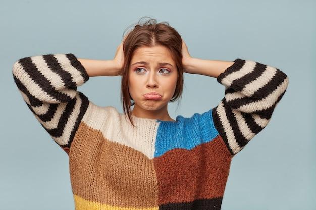 Perto de uma mulher emocionada com uma expressão triste no rosto