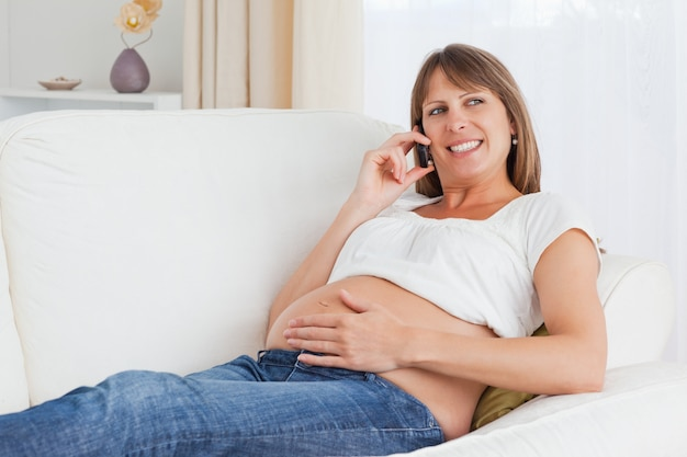 Perto de uma mulher grávida telefonando