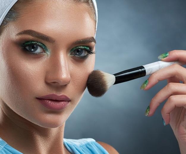 Perto de uma mulher muito confiante com maquiagem verde