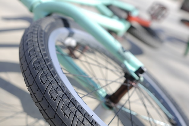 Perto de uma roda de bicicleta turquesa com espaço de cópia para o texto