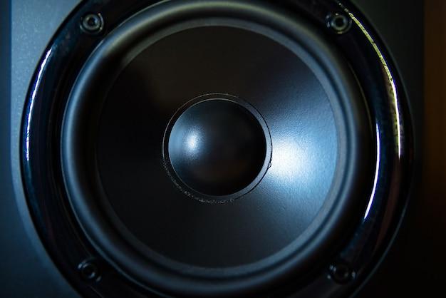 Perto do alto-falante profissional no estúdio de música.