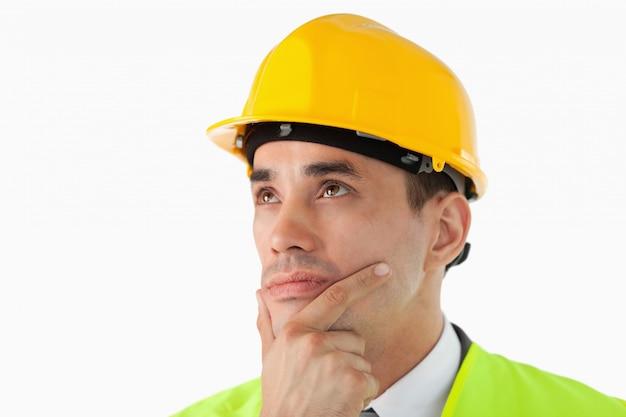 Perto do arquiteto pensando olhando para o lado