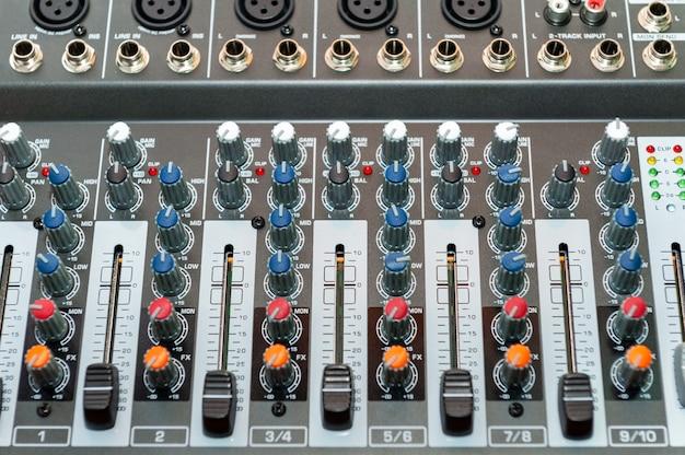 Perto do console de mixagem de som. detalhes da sala do engenheiro de som.