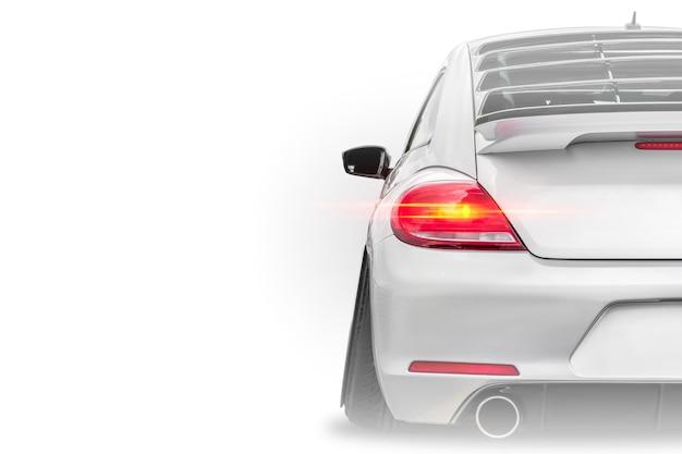 Perto do detalhe da luz traseira do carro esportivo de luxo moderno branco, isolado no fundo branco com lugar para texto. carro esportivo, banner de vista traseira do negócio.