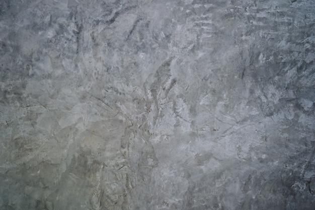 Perto do fundo da parede de cimento bruto
