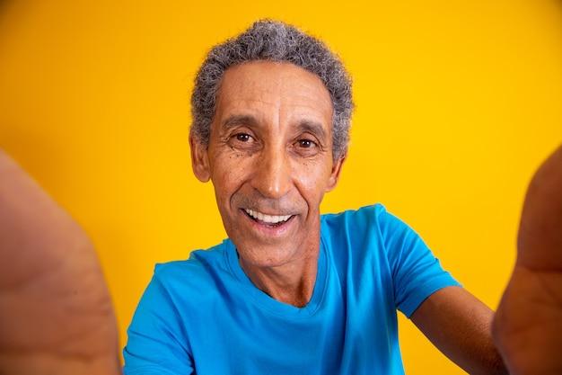 Perto do homem mais velho tirando uma selfie.