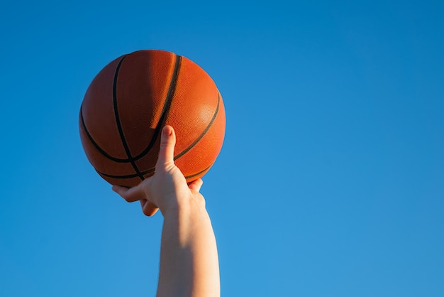 Perto do jogador de basquete profissional, segurando uma bola na mão.