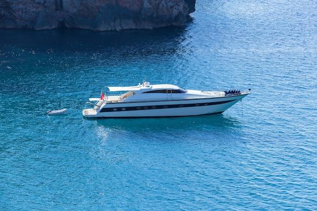 Perto do lindo iate. close-up tiro do belo longo iate em um mar azul cristalino.