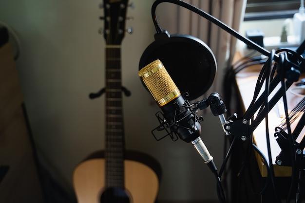 Perto do microfone na estação de trabalho de música, conceito de música