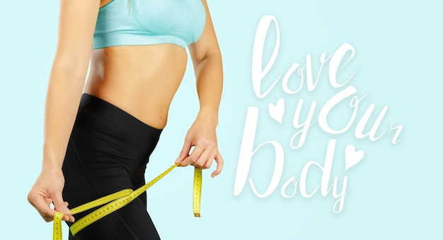 Perto do torso da mulher em forma. mulher com músculos abdominais perfeitos
