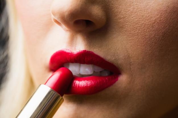 Perto dos lábios com maquiagem neles