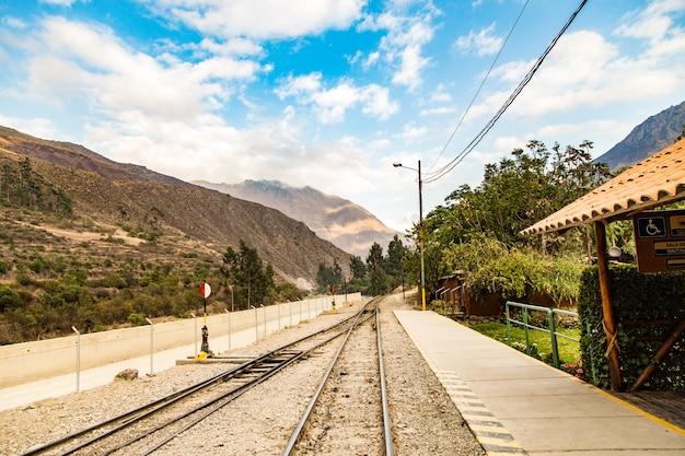 Peru, estação de trem em ollantaytambo, ruínas do inca de pinkulluna no vale sagrado nos andes peruanos.