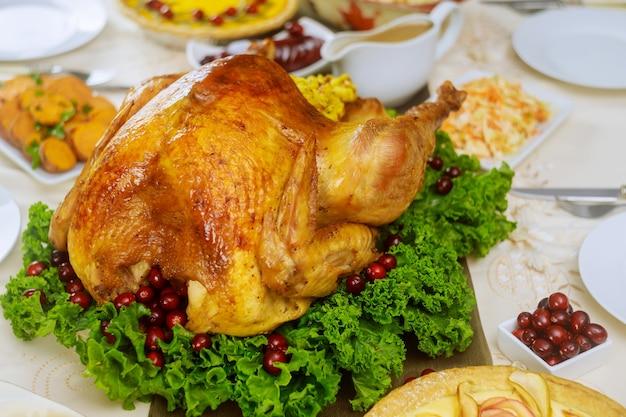 Peru inteiro assado no jantar de natal. configuração da tabela.