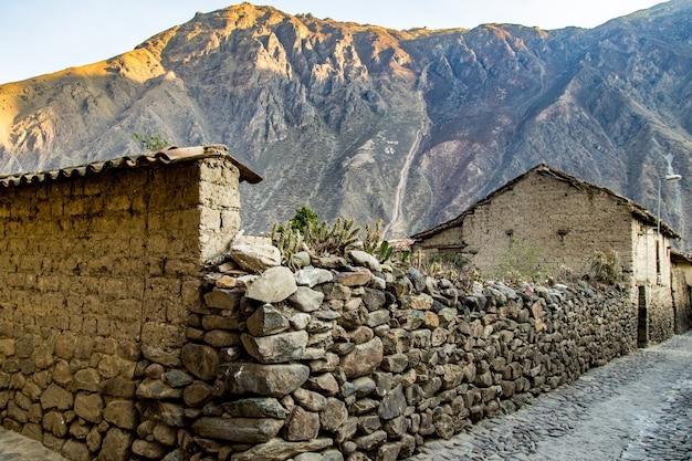 Peru, ollantaytambo, pinkulluna inca ruínas no vale sagrado nos andes peruanos.