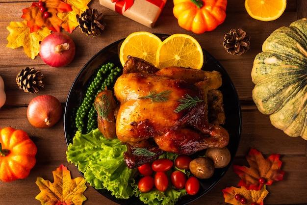 Peru ou frango assado no dia de ação de graças e vegetais