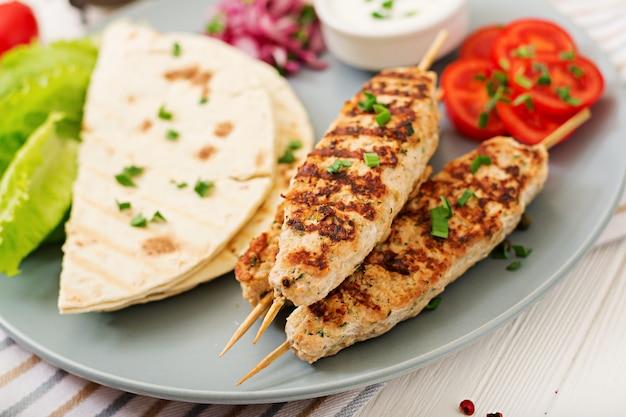 Peru picado de kebab de lula picado (frango) com legumes frescos.
