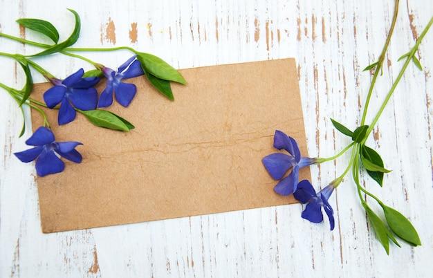 Pervinca flores com cartão