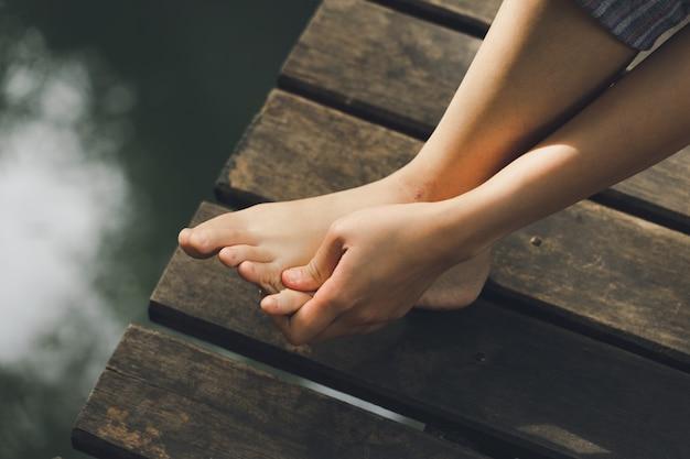Pés da menina havia dor na perna esquerda do acidente, andando, caminhando, caminhando