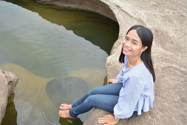 Pés da mulher mergulhados na água