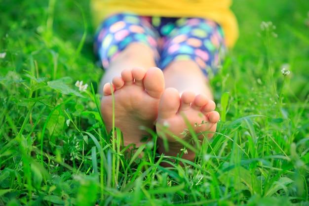 Pés das crianças na grama