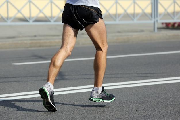 Pés de atleta correndo à distância de uma maratona