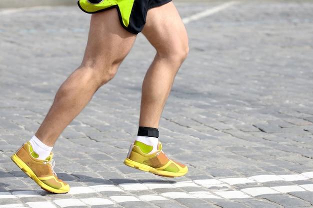 Pés de atleta correndo no curso. esporte e saúde