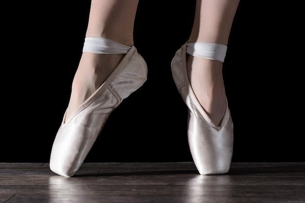 Pés de bailarina a dançar.