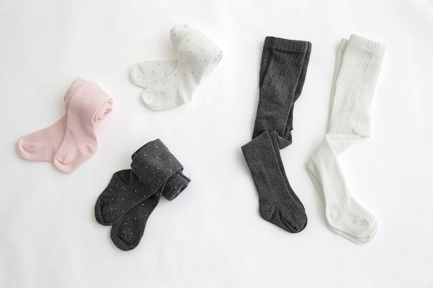 Pés de bebê em meias