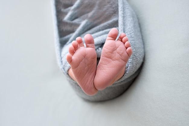 Pés de bebê recém-nascido