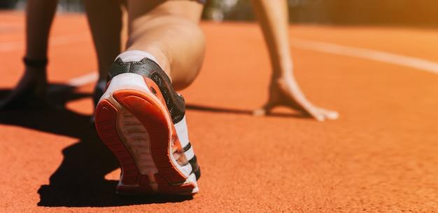 Pés de corredores em uma pista de corrida atlética