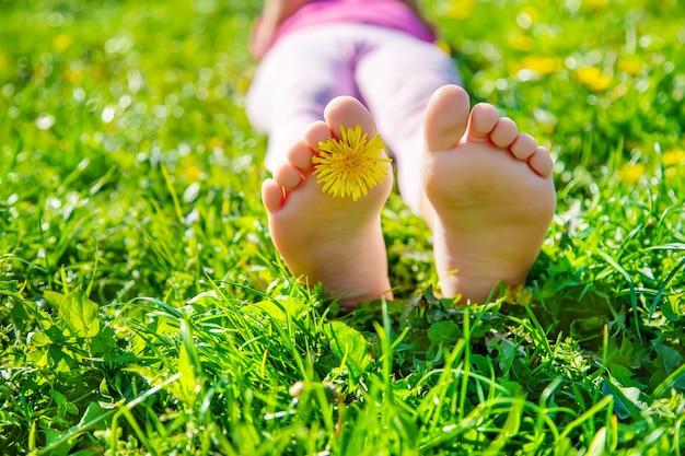 Pés de criança na grama