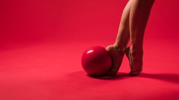 Pés de ginasta com bola