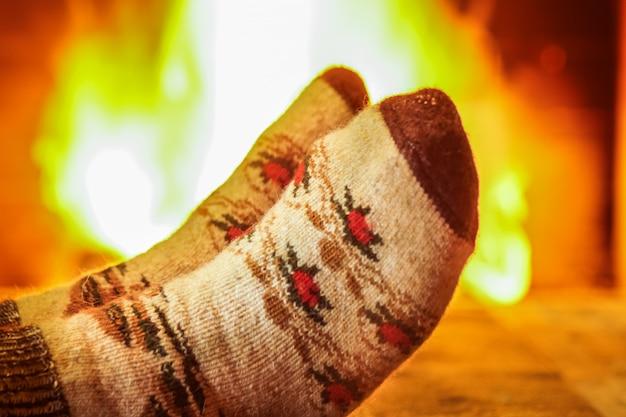 Pés de homem em meias de lã