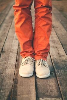 Pés de homem em sapatos da moda