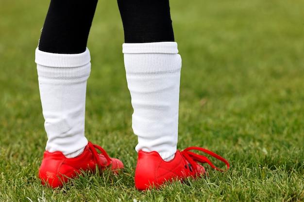 Pés de jovem jogador de futebol