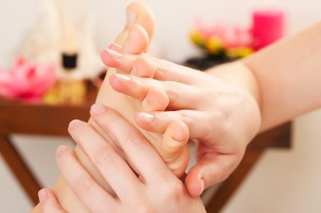 Pés de massagem no spa