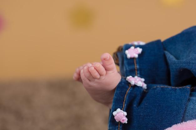 Pés de menina bebê