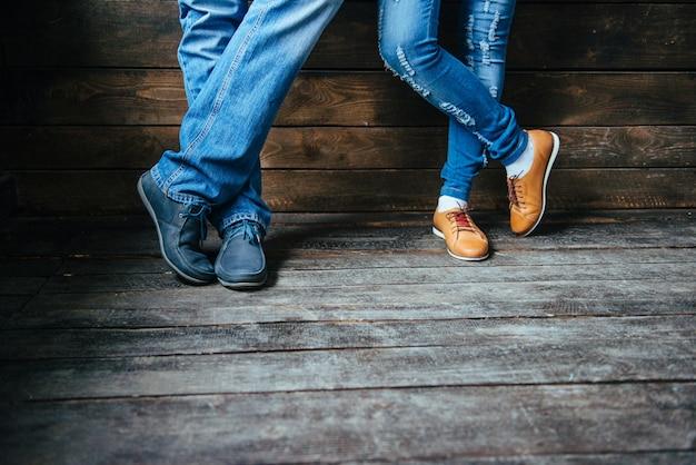 Pés de menino e menina em sapatos