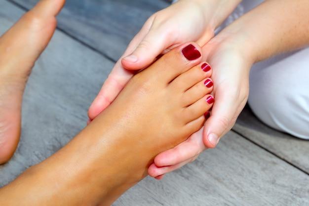 Pés de mulher de reflexologia massagem terapêutica