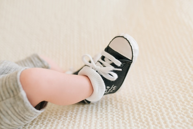 Pés de um bebê recém-nascido tênis, foco seletivo