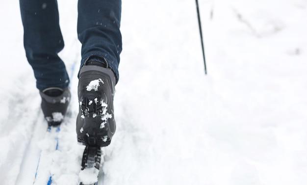 Pés de um esquiador com botas de esqui em esquis cross-country.