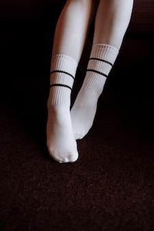Pés de uma mulher com meias brancas