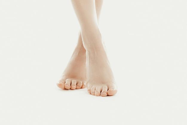 Pés descalços de modelo feminina