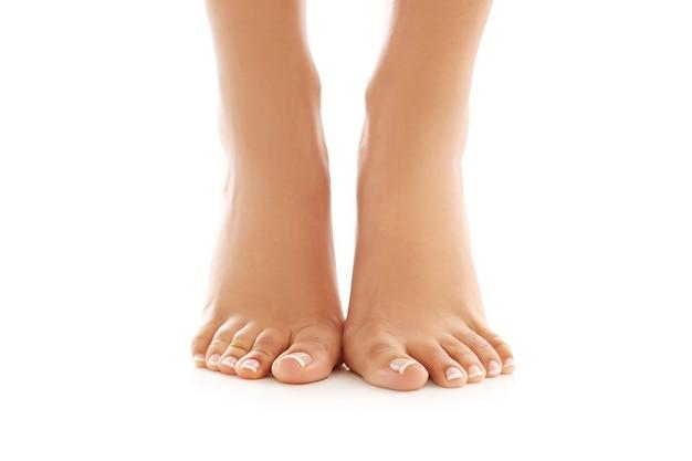 Pés descalços femininos. conceito de cuidados com a pele e pedicure