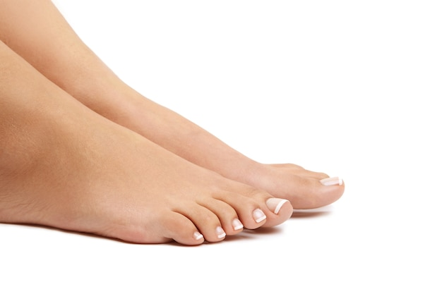 Pés descalços femininos. conceito de pedicure