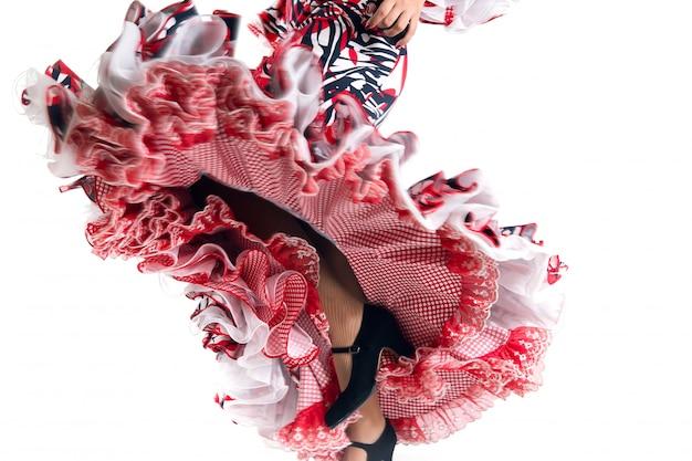 Pés detalhes de dançarino de flamenco com lindo vestido