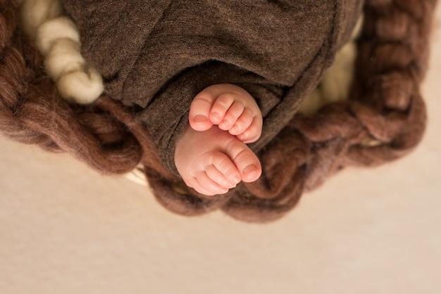 Pés do bebê recém-nascido, dedos no pé, cuidados maternos, amor e família abraços conceito, ternura. copie o espaço.